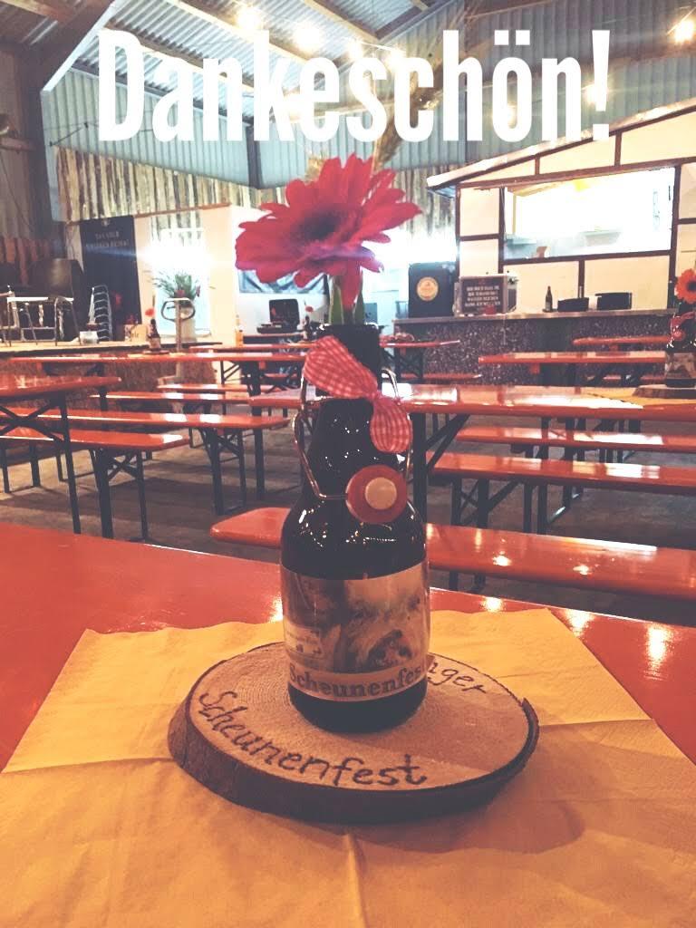 Dekoration Scheunenfest Hattingen, Bierflasche mir Scheunenfest Etikett und pinker Gerbera,Schriftzug Dankeschön
