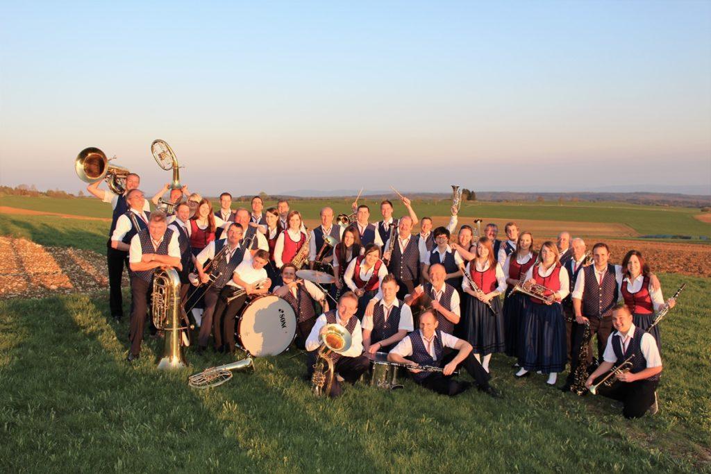 Ein Gruppenbild des Musikverein Hattingen auf Feldern, oberhalb des Ortes